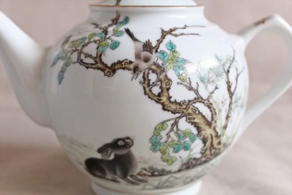 中国絵画の古典を忠実に再現した鵲と黒兎の紅茶ポット