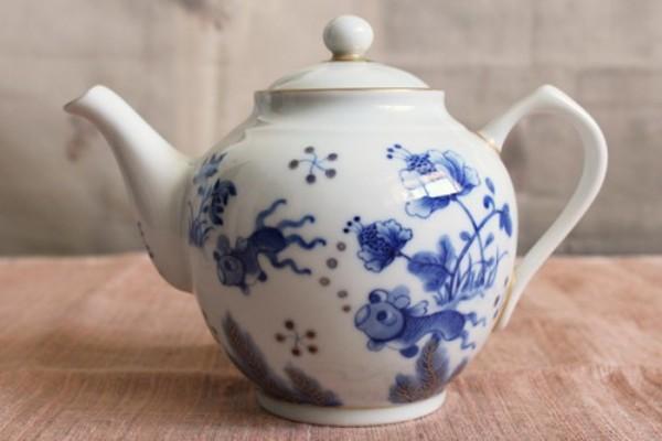 美味しい紅茶を、金彩青花金魚図紅茶ポット