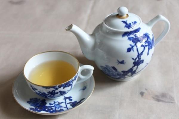 景徳鎮の雀と薔薇の紅茶ポットでダージリンを優雅に