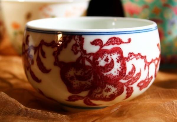 釉裏紅(ゆうりこう)-高度な技術が必要な鮮やかな紅色の発色