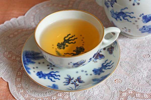 染付けで金魚を描いた紅茶珈琲兼用カップ&ソーサー