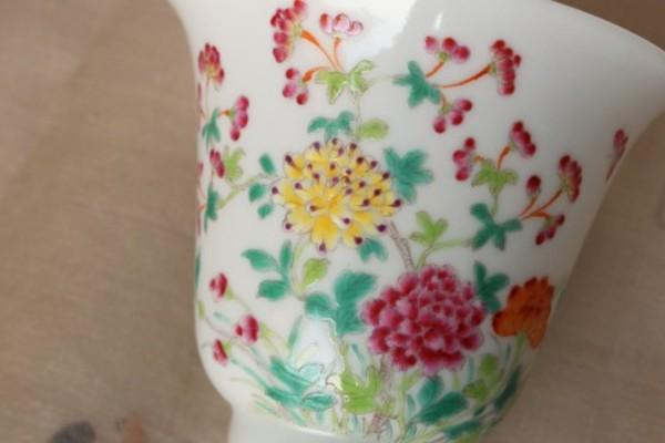 先に出品した杯と左右対称の本景徳鎮の倣古杯をヤフオクに出品