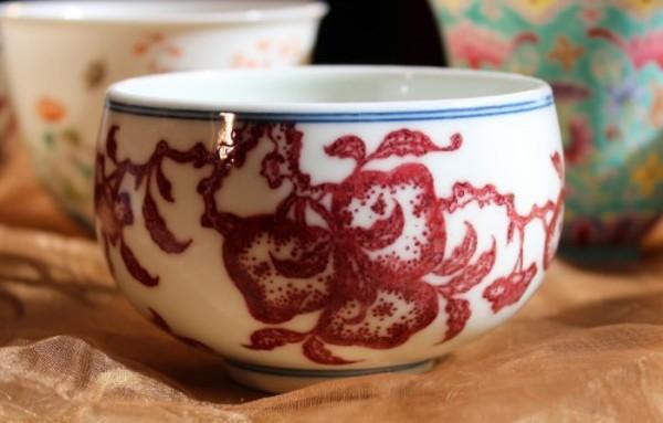 紅色、手触り、口当たりを五感で楽しむ本釉裏紅仙桃図杯のサムネイル