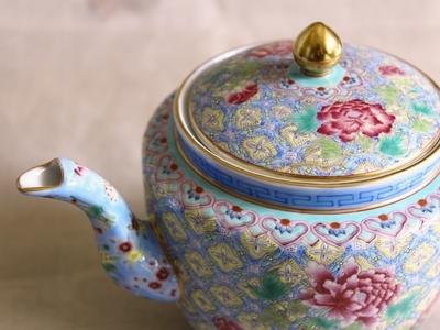 細密な文様が美しい青いポット、 老料粉彩富貴図大茶壺