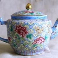 細密な文様が美しい青いポット、 老料粉彩富貴図大茶壺のサムネイル