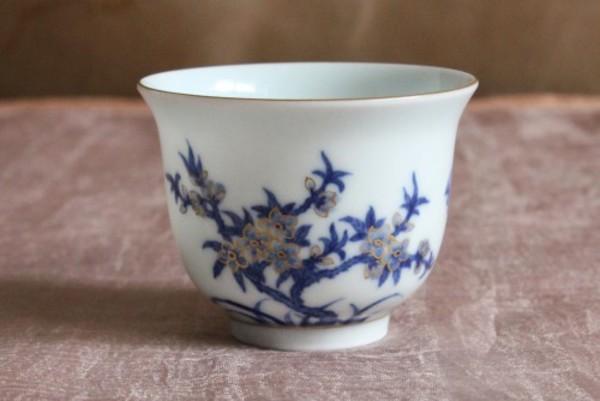 おめでたい桃の花と蝙蝠が染め付けで上品に描かれた本景徳鎮の杯