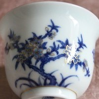 おめでたい桃の花と蝙蝠が染め付けで上品に描かれた本景徳鎮の杯のサムネイル