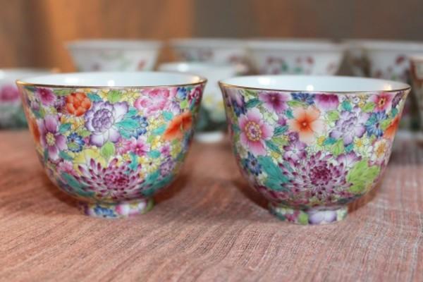 さまざまな花をすき間なく描いた美しい杯