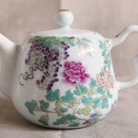 点描で描かれた花々の美しさに魅了される「百花図茶壺」のサムネイル