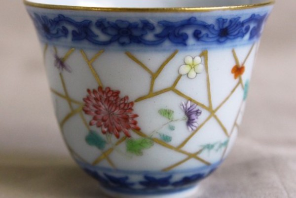 青花、粉彩、本金彩と景徳鎮の古典的な技法を尽くした小さな杯