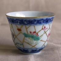 青花、粉彩、本金彩と景徳鎮の古典的な技法を尽くした小さな杯のサムネイル