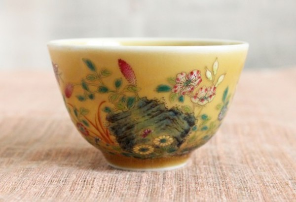 米黄釉の上に描かれた花々の粉彩が幻想的な杯
