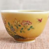 米黄釉の上に描かれた花々の粉彩が幻想的な杯のサムネイル