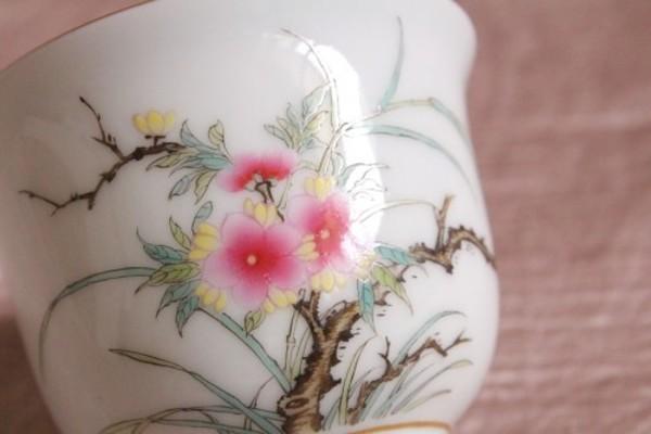 点描で描いた桃の花が芸術的な杯、23日まで特価です。