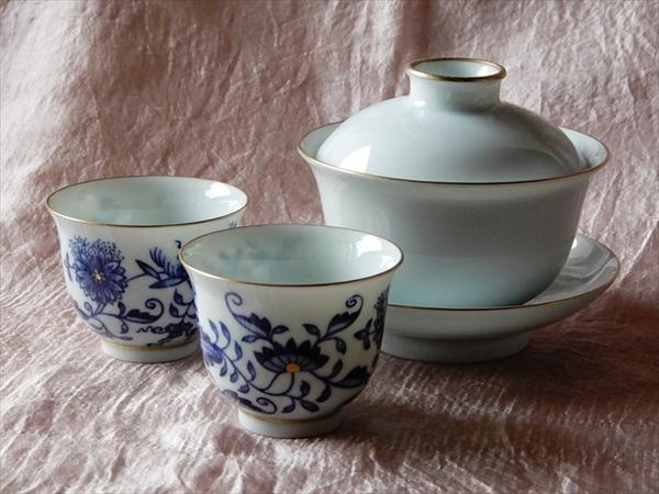 ホンハイの白磁蓋碗とブルーオニオン杯を期間限定で販売いたします。