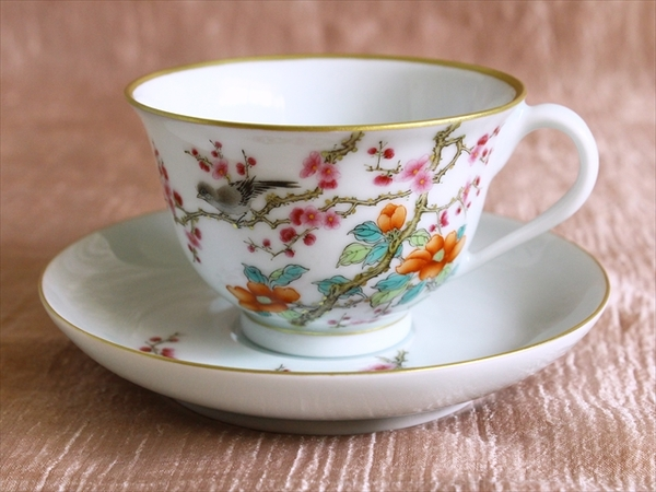 梅と山茶花で春を表す華やかなカップ&ソーサー