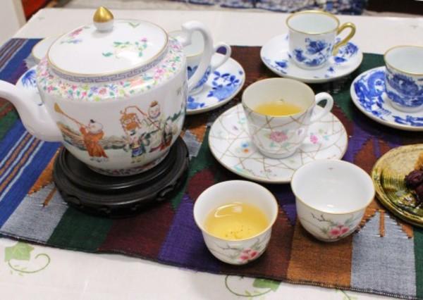 色絵の新作、桃の花の茶杯と氷裂文のデミタス