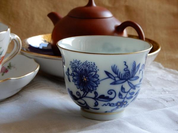 本景徳鎮のブルーオニオンの杯と白磁の蓋碗を期間限定でご紹介します。