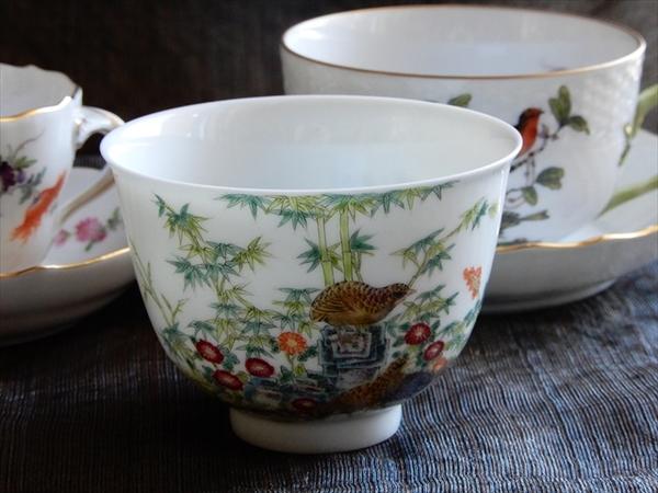お正月にふさわしいおめでたい図案の総手工本景徳鎮粉彩安居図杯